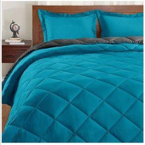 Set (Queen) Reversible Bed Comforter with 2 Pillow